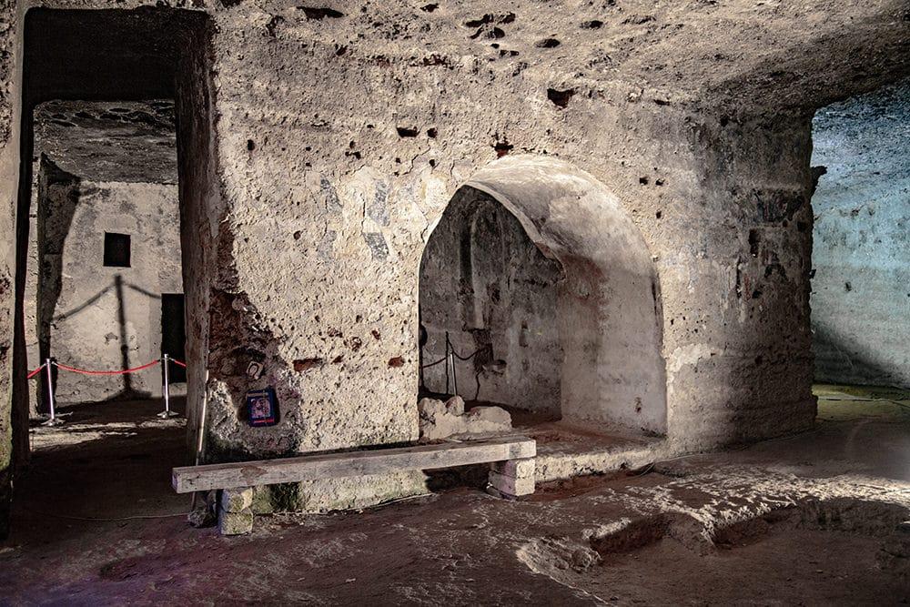 vista delle grotte della chiesa rupestre del crocifisso