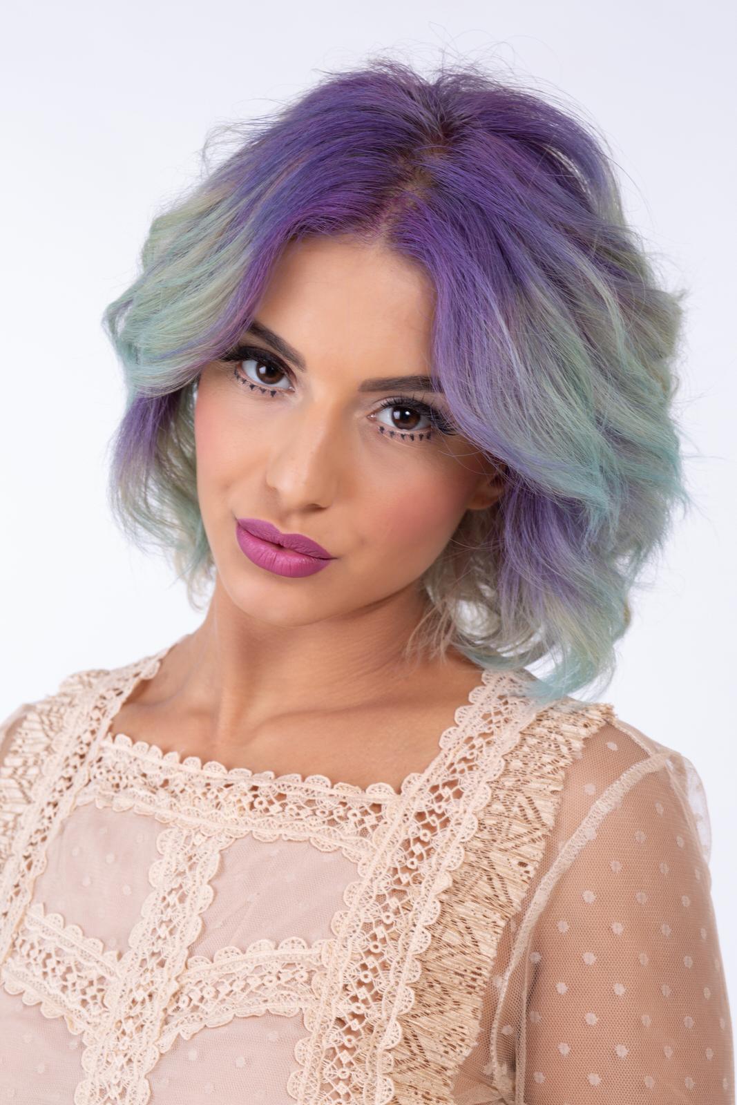 modella con acconciatura capelli viola e verde