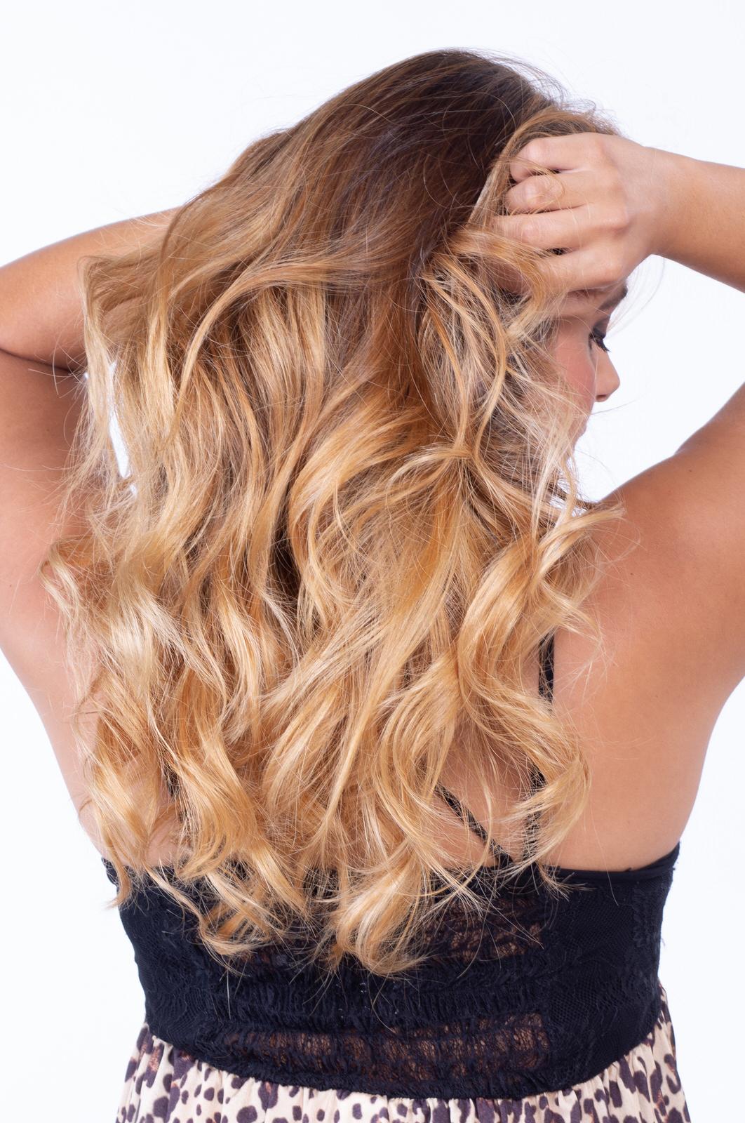 primo piano di capelli lunghi biondi