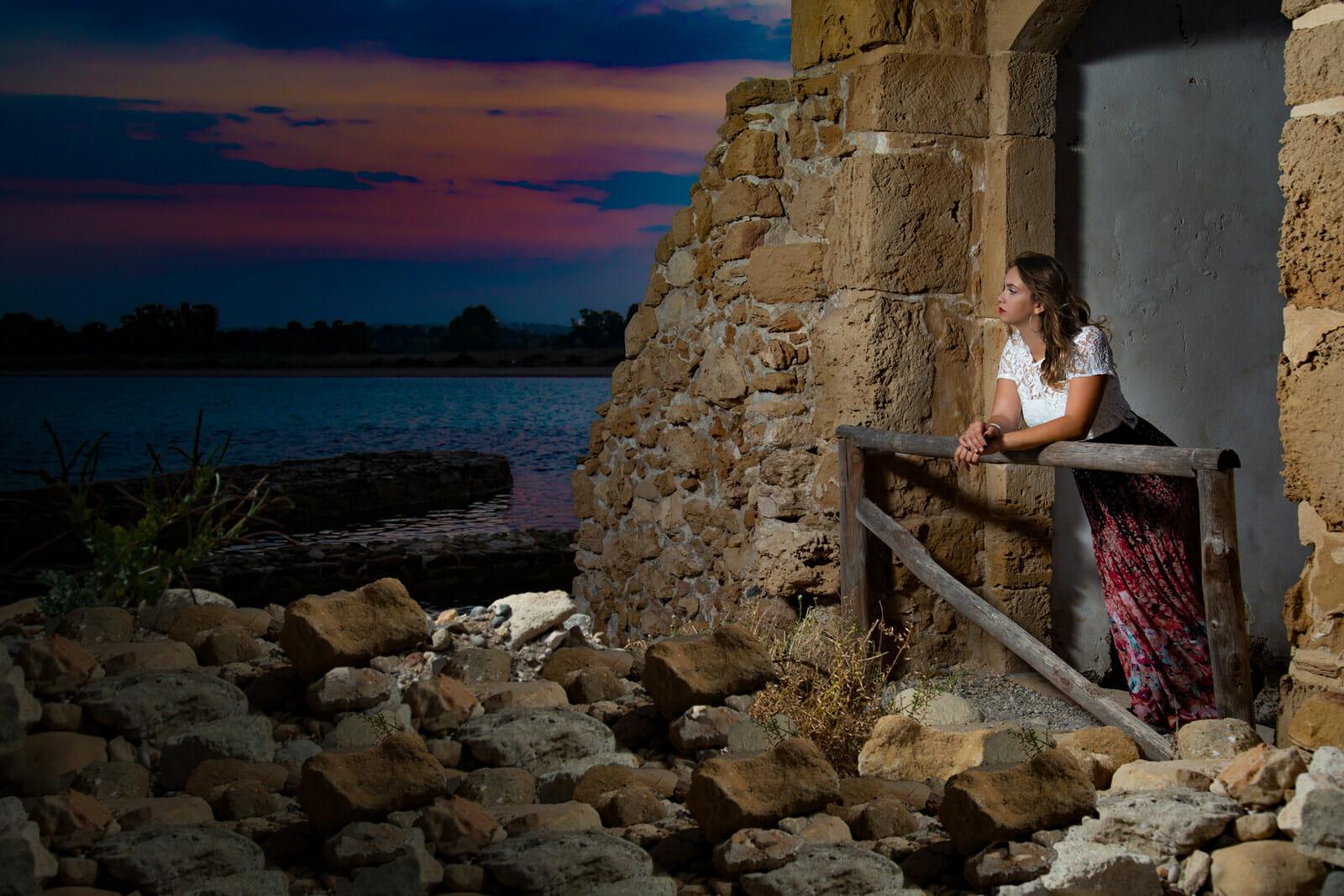 foto modella guarda tramonto