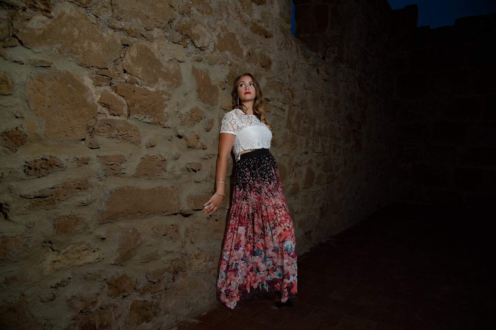 foto modella appoggiata al muro diciottesimo compleanno